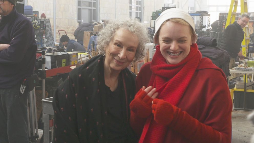 Margaret Atwood no set de The Handmais Tale